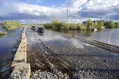 Привод автомобилей на затопленной дороге Стоковые Изображения RF