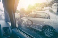 Привод автомобиля в идти дождь сезон стоковые изображения rf