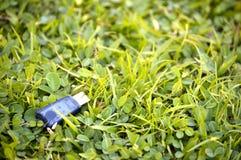 Привод вспышки USB на траве Стоковые Изображения RF