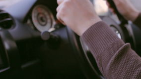Привод захода солнца Молодой человек управляет автомобилем под солнцем Пирофакел объектива, мягкий свет видеоматериал