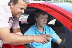 привод мальчика как учить подростковый к Стоковые Фотографии RF