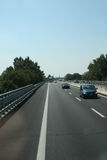 Привод нескольких автомобилей на дороге стоковые изображения rf
