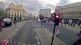 Привод шины двойной палуба в Лондоне, Англии сток-видео