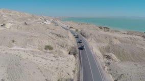 Приводы автомобиля вдоль скалистой дороги акции видеоматериалы
