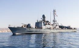 Приводы быстроходного катера военно-морского флота к гавани Стоковая Фотография