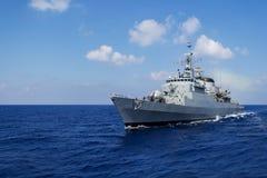 Приводы военного корабля в море mediterran Стоковые Фотографии RF