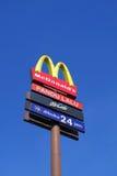 Привод McDonald через signage Стоковая Фотография