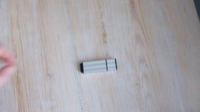 Привод USB взятия женщины отсутствующий видеоматериал