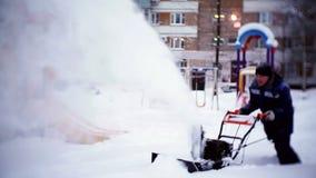 Привратник освобождает след с снегоочистителем в дворе жилого дома сток-видео