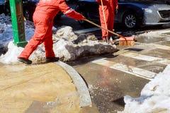 Привратник очищает улицу снега в утре Стоковые Фото