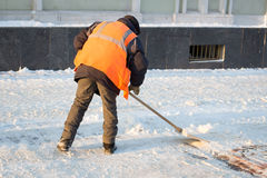 Привратник очищает улицу снега Стоковое Изображение RF