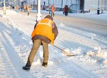 Привратник очищает улицу снега Стоковое Фото