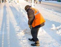 Привратник очищает улицу снега Стоковые Изображения