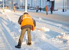 Привратник очищает улицу снега Стоковая Фотография
