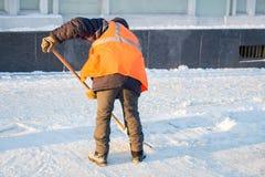 Привратник очищает улицу снега Стоковая Фотография RF