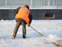 Привратник очищает улицу снега Стоковое фото RF