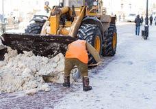 Привратник очищает улицу снега Стоковые Фотографии RF