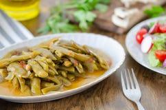 привычки еды здоровые Свежие фасоли с оливковым маслом и салатом на таблице стоковое фото rf