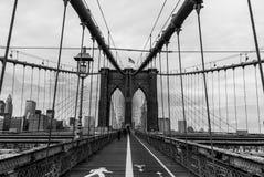 Привязывать Бруклинского моста структурный с аспектом ландшафта променада - черно-белым стоковое фото rf