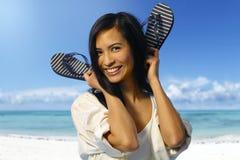 Привлекательная азиатская девушка на береговой линии стоковая фотография