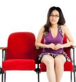 Привлекательная азиатская девушка 20s на предпосылке белизны изолята театра Стоковые Фотографии RF