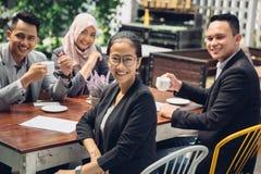 Привлекательная азиатская коммерсантка усмехаясь на камере Стоковые Изображения