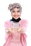 Привлекательная азиатская мусульманская женщина с магазинной тележкаой стоковое изображение