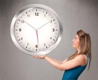 Привлекательная дама держа огромные часы Стоковое Изображение