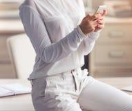 Привлекательная дама дела в офисе Стоковые Фотографии RF