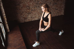 Привлекательная дама фитнеса делает тренировки спорта в спортзале Стоковые Фотографии RF