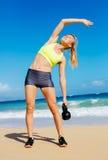 Привлекательная атлетическая женщина делая разминку колокола чайника Стоковое Изображение