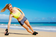 Привлекательная атлетическая женщина делая разминку колокола чайника Стоковые Изображения