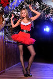 Привлекательная белокурая девушка представляя как сексуальный хелпер Санты Стоковое Изображение