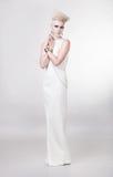 Привлекательная белокурая женщина в длинном белом платье Стоковые Изображения