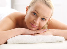 Привлекательная белокурая женщина в салоне курорта Стоковое фото RF