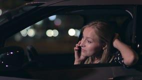 Привлекательная белокурая женщина говоря на телефоне в автомобиле сток-видео