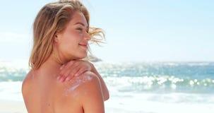 Привлекательная белокурая кладя сливк солнца видеоматериал