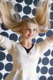 Привлекательная белокурая модельная девушка на салоне красоты стоковые изображения
