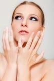 Привлекательная белокурая топлесс женщина с темным глазом составляет Стоковые Изображения RF
