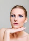 Привлекательная белокурая топлесс женщина с темным глазом составляет Стоковые Фото