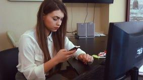 Привлекательная бизнес-леди работая с компьютером в офисе акции видеоматериалы