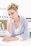 Привлекательная бизнес-леди - скука в офисе Стоковая Фотография RF