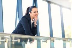 Привлекательная бизнес-леди стоя в прихожей Стоковое фото RF