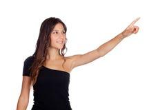 Привлекательная вскользь девушка в черноте показывая что-то Стоковая Фотография RF