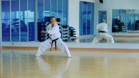 Привлекательная выставка женщины фокус карате с руками в спортзале акции видеоматериалы