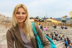 Привлекательная девушка внутри арены Вероны Италия Стоковая Фотография