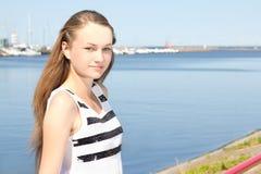 Привлекательная девушка в белом платье на seashore Стоковая Фотография