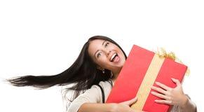 Привлекательная девушка в движении держа красную коробку с Стоковое Изображение