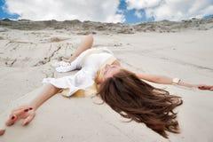 Привлекательная девушка в греческой тунике стоковые изображения rf