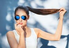 Привлекательная девушка в отраженных голубых солнечных очках Стоковое Фото